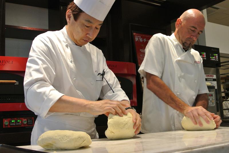 「ガレート・デゥ・パタテゥ」のパン生地を丸めていくムッシュイワン小倉孝樹シェフとラパンのルメ・パトリックシェフ
