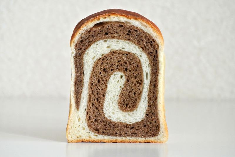 七穀ベーカリーの「ぐるぐるサイコロ食パン」の断面