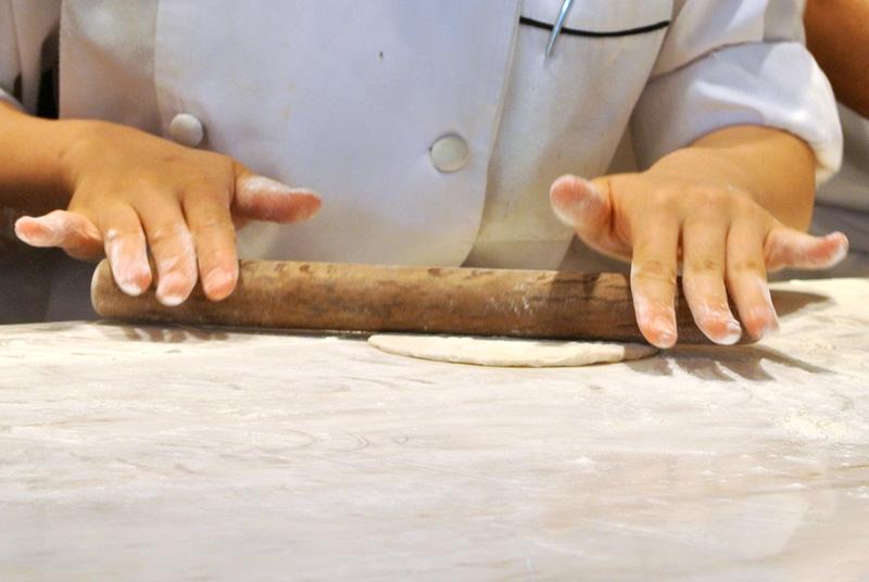 ピタパンのような「フュエ・ド・トゥレンヌ」の生地を麺棒で薄く伸ばす