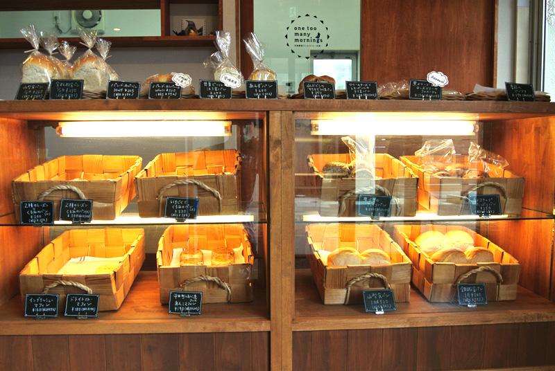 one too many morningsのパンはガラスショーケースに陳列されている