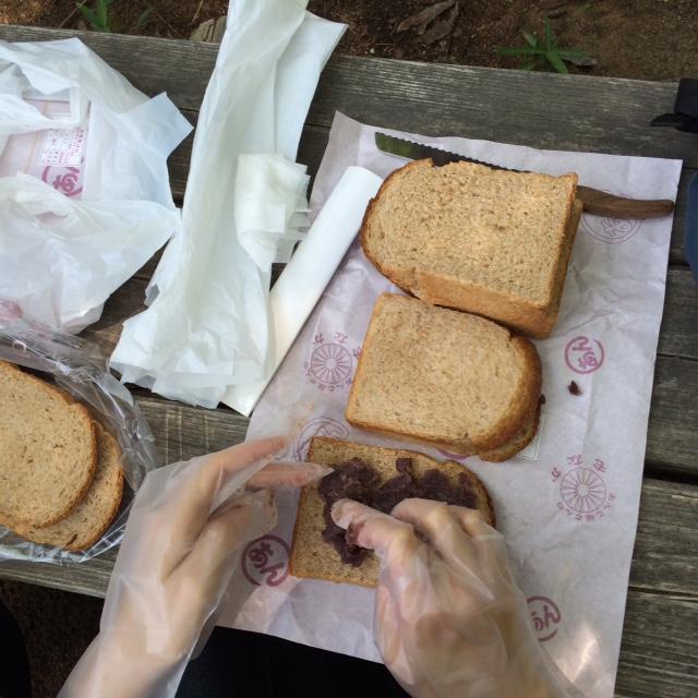 パンスケープの全粒粉パンと中村製餡所の粒あんでサンドイッチを作る