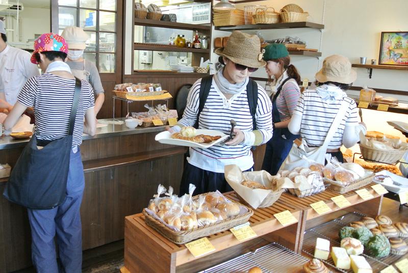 建勲神社前「雨の日も風の日も」でパンを選ぶ