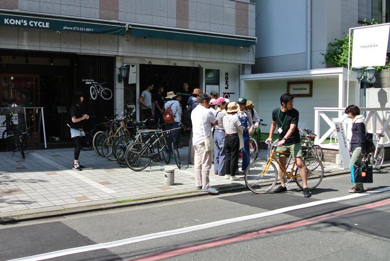 コンズサイクル蛸薬師店7周年記念企画〈トーキョーバイクで巡る、初夏の京都でパンライド〉に集まる参加者の皆さん