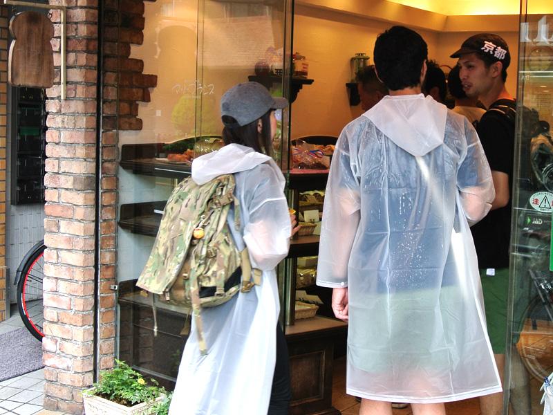 雨の中、マリーフランス今出川店に到着したパンライド一同