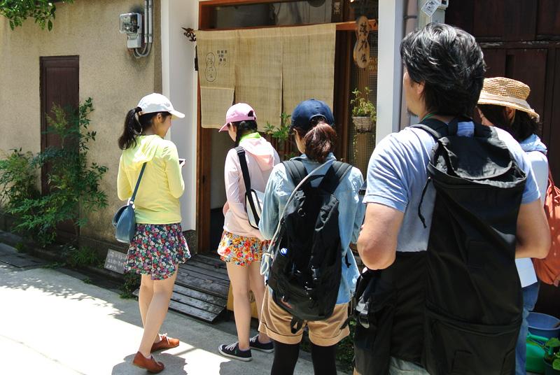 円町の自家製天然酵母パン屋さん「落花生」に到着したパンライド一同