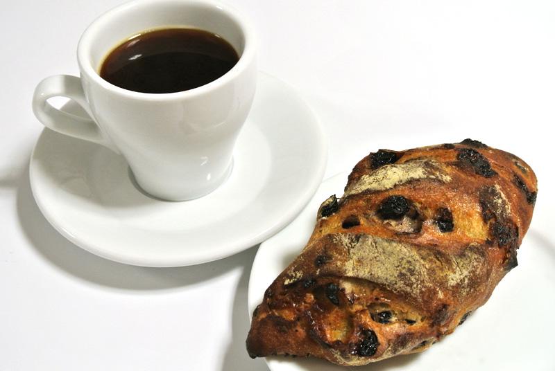 ウニール「コスタリカ COE 3位 エルセロ コーヒー(アメリカーノ)」とル・プチメック「ブルーベリーとホワイトチョコのセーグル」
