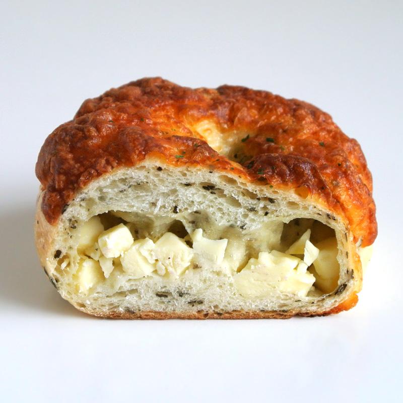 ブーランジェリーコフレ「ベーグル バジルチーズ」国産小麦で作ったもっちり食感の生地にバジルとチーズを巻きこんで焼き上げたベーグル