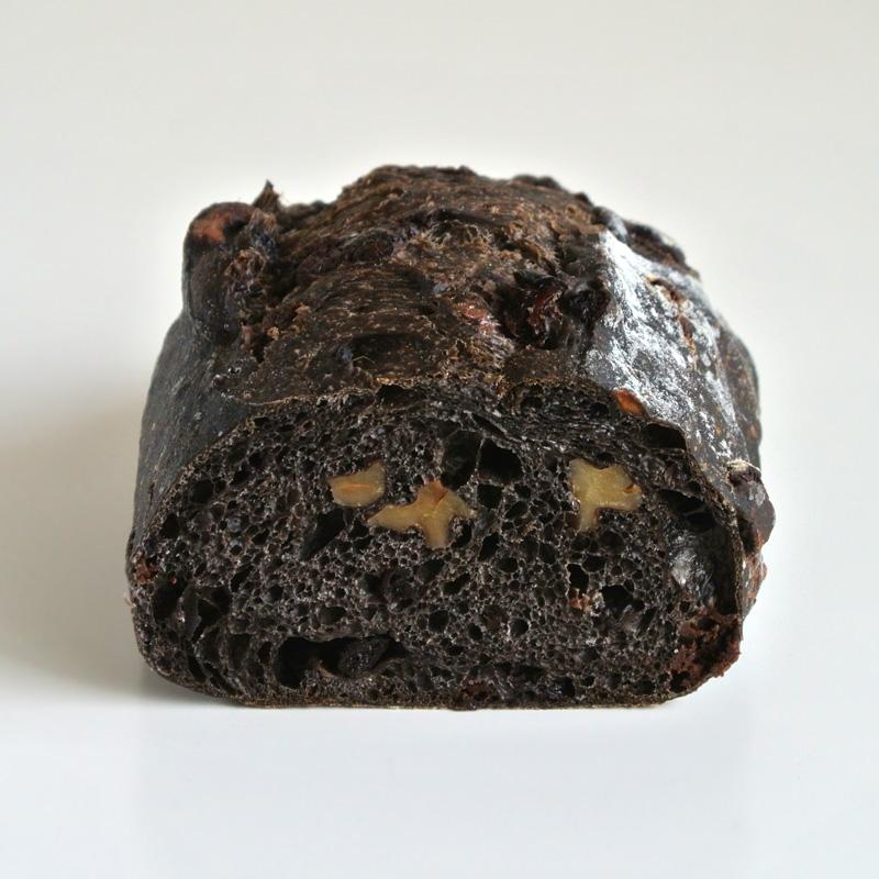 ブーランジェリーコフレ「ショコラカンパーニュ」ブラックココア生地にブルーベリー、クランベリー、レモン、クルミ、クーベルチュールチョコレートを入れたハードパン
