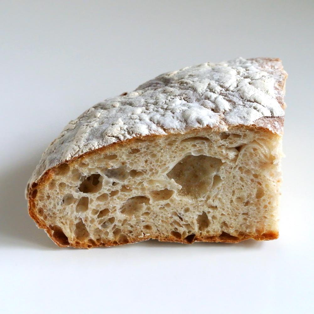 自家製天然酵母パン&クラフトビール&カフェのタルマーリー(鳥取県八頭郡)の全粒粉パン